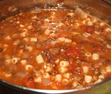 Soczewica z makaronem i pomidorami